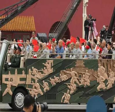 阅兵倒计时!首批履带重型装备装上火车