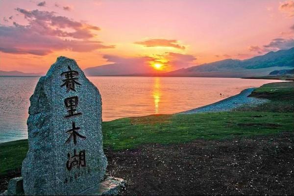 元宵节赛里木湖上演激情汽车赛