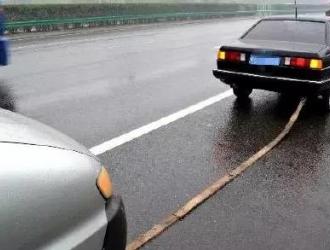 高速公路上私家车拖行故障车 民警及时制止