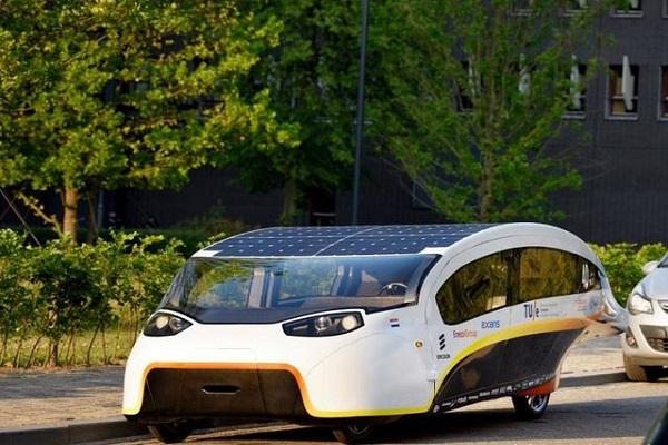 5座,最高时速125km/h,能行驶3000km的太阳能汽