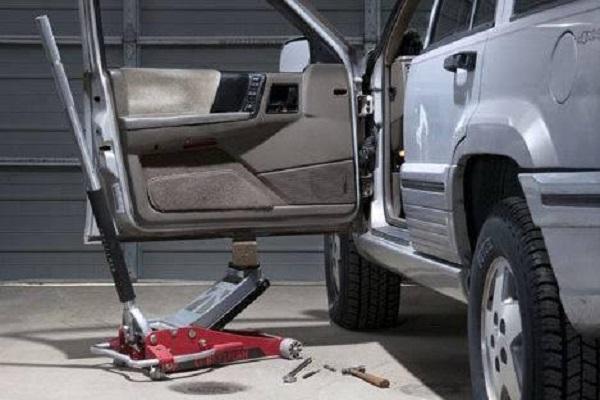 车窗碎了,关个车门你是使用了洪荒之力吧!车主