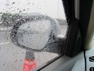 雨天车窗起雾看不清?教你几个土方法,轻松除雾