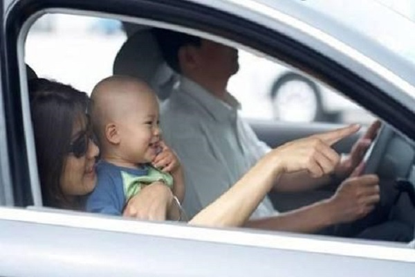 春节开车回家,5座车坐满5名大人,再抱着一个小