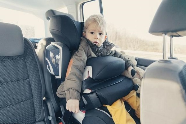 宝宝抗拒安全座椅,遭遇车祸后被甩出窗外,安全