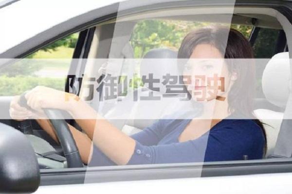 司机朋友,学会这5个防御性驾驶技巧,可以降低8