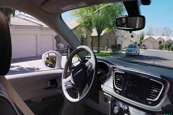 Waymo在凤凰城邀请公众体验自动驾驶车辆,乘客玩手机打哈欠