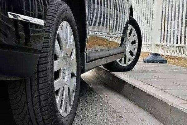 还在这么停车?过2年你的车可能就报废了!