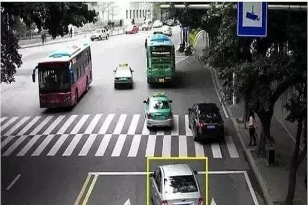前方事故,后方车辆能压实线变道吗?来看看老司