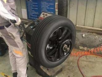 在汽修店换轮胎,切记检查这个东西换没换,你不