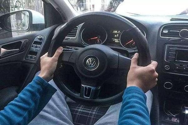 从方向盘的握法就能看出他是不是老司机,你是哪