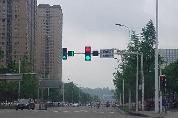 红绿灯路口是违章和事故高发地,老司机都是这样