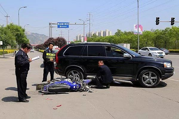 交通事故后,到底该不该马上挪车?