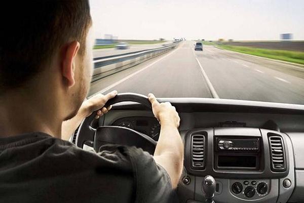 开车不转弯也不变道,需要经常看后视镜吗?