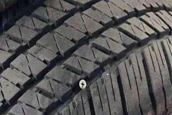 汽车轮胎扎钉该不该拔?