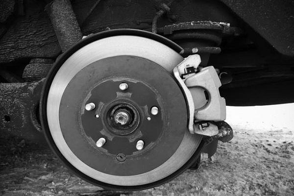 一辆车的刹车性能由那几个因素决定?如何提高刹车性能?