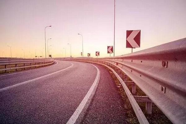 为什么老司机高速上喜欢走中间车道,是更安全吗