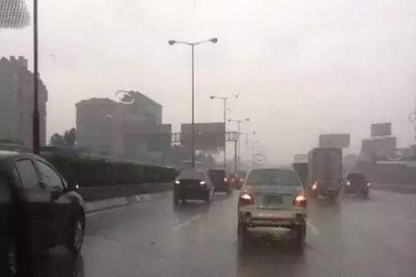 暴雨天气行车应该开启什么灯?开双闪能提示后车