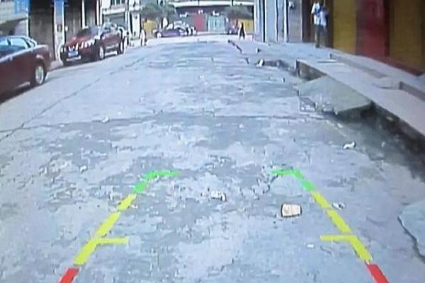 """即便有倒车影像,车还是""""砰""""撞上了!"""