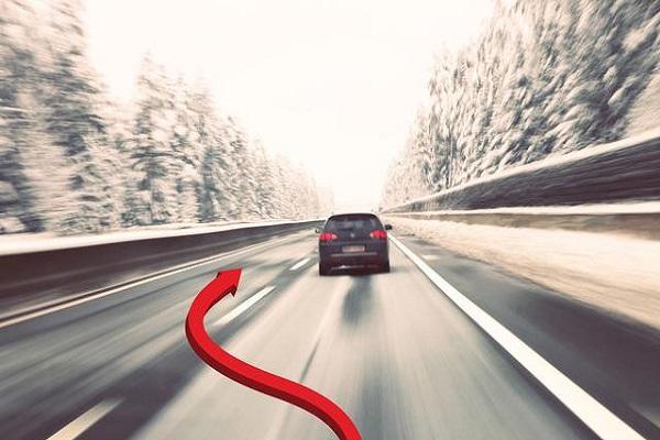 右侧超车发生事故负全责,为什么不能右侧超车?