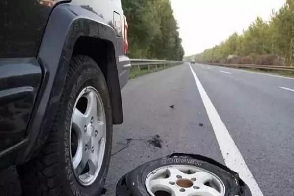 新车有一个前轮胎爆了,同时更换两个新前轮胎,有必要吗?