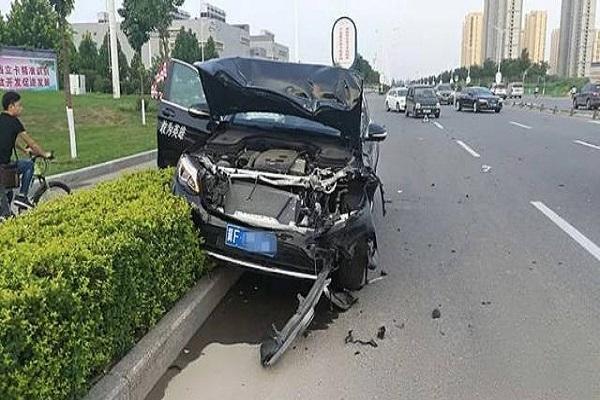 又是汽车销售背的锅?奔驰试驾车发生碰撞事故