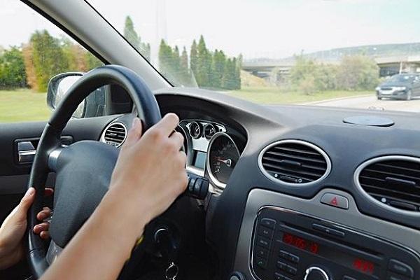 汽车减速时先踩刹车,还是先踩踩离合呢?顺序不
