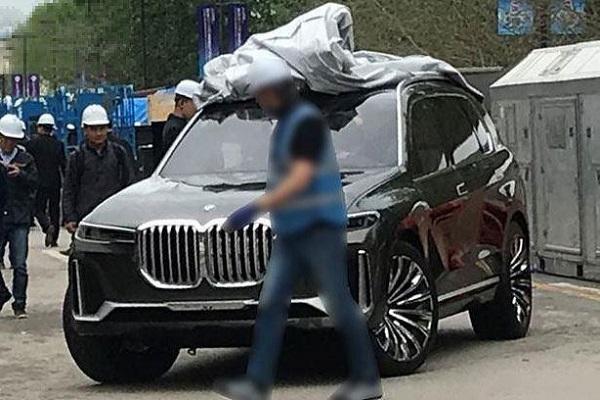 宝马最大SUV实车现身!比奔驰GLS还霸气,近5米2