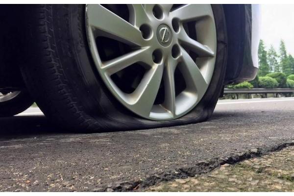 前轮爆胎和后轮爆胎,哪个更危险?如何处理?