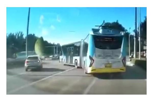 """北京警方通报""""公交与宝马斗气别车"""""""