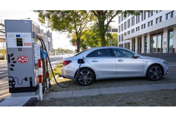 为节约成本降低碳排放 奔驰/宝马正从纯电动转向