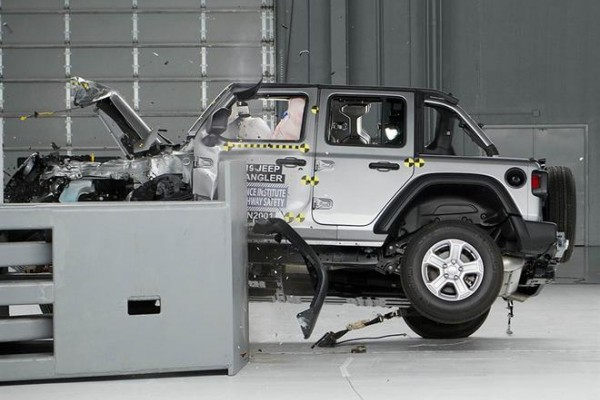 Jeep牧马人在IIHS前部碰撞测试中发生侧翻 仅获