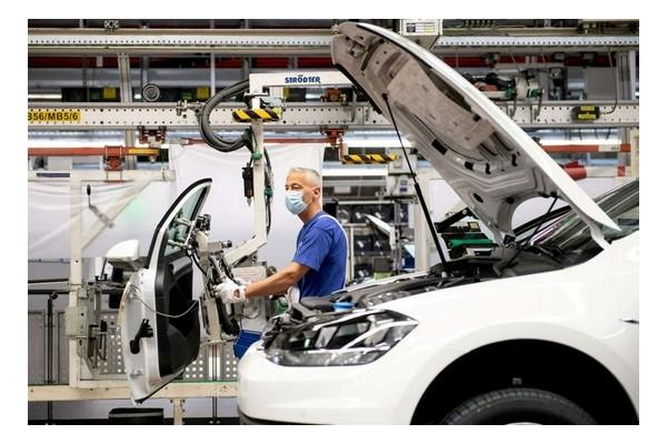 大众将加快向电动汽车转型,称特斯拉设定了新标